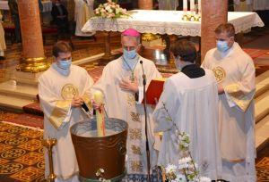"""Vazmeno bdjenje u đakovačkoj katedrali – """"Veselite se i puni nade pjevajte noćas, krštenici!"""""""