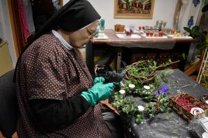 Misijski centar organizira prodaju adventskih vijenaca koje su izrađivale Milosrdne sestre Sv. Križa